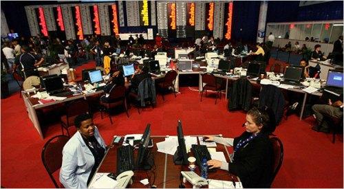 Oficiales de la Comisión Electoral Independiente en el Centro Nacional de Resultados, Pretoria.